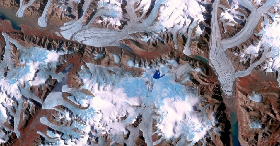 26.nov.2014 - Imagem divulgada pela Nasa mostra a Ilha Ellesmere, parte da região de Qikiqtaaluk do território canadense de Nunavut, como o ponto mais setentrional da Terra no Canadá. Habitada desde cerca de 2.000 aC, a sua população atual é inferior a 200 pessoas. Grandes porções da ilha são cobertas com geleiras e gelo. A imagem foi feita no dia 29 de julho de 2000 pelo Aster, um dos cinco instrumentos de observação da Terra lançados no espaço no dia 18 de dezembro de 1999. O instrumento foi construído pelo Ministério da Economia, Comércio e Indústria do Japão. A equipe científica dos Estados Unidos e do Japão é responsável pela validação e calibração dos instrumentos e produção de dados