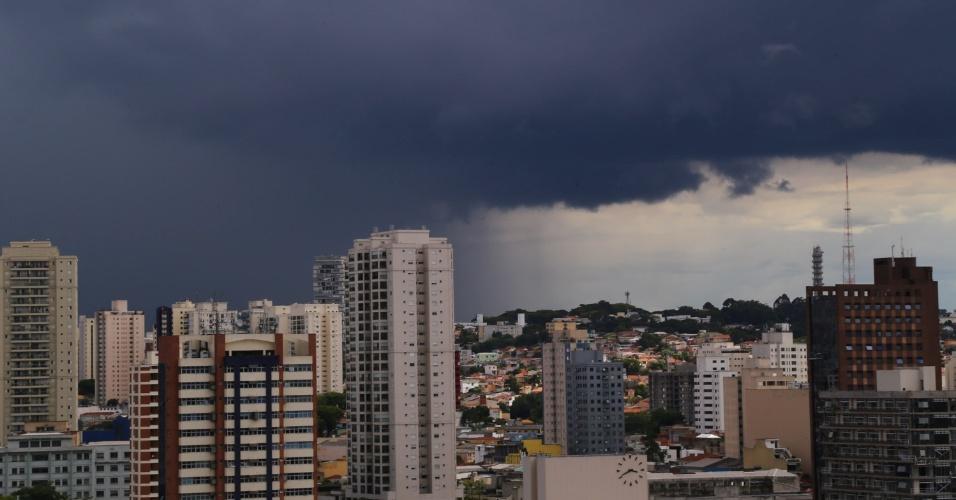 26.nov.2014 - Nuvens carregadas são vistas na região da Lapa, zona oeste de São Paulo, nesta quarta-feira. A chuva forte que atinge a capital paulista deixa parte da cidade em estado de atenção para a ocorrência de enchentes. Segundo meteorologistas do CGE (Centro de Gerenciamento de Emergências), a chuva deve continuam pelas próximas horas