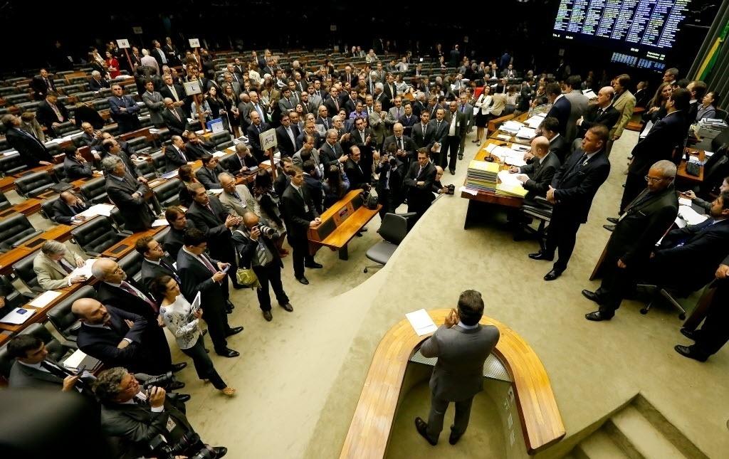 26.nov.2014 - O Congresso Nacional manteve os 38 vetos de Dilma Rousseff, marcando uma vitória da presidente. A votação ocorreu nesta terça-feira (25), mas o resultado só foi divulgado nesta quarta-feira (26) pelo presidente do Congresso, senador Renan Calheiros (PMDB-AL). Havia a expectativa de derrubada de pelo menos um deles, o que estipula regras para a criação de novos municípios, vetado por Dilma em agosto. O senador Aécio Neves (PSDB-MG) (à dir. no palanque) discursou no plenário e fez críticas ao governo