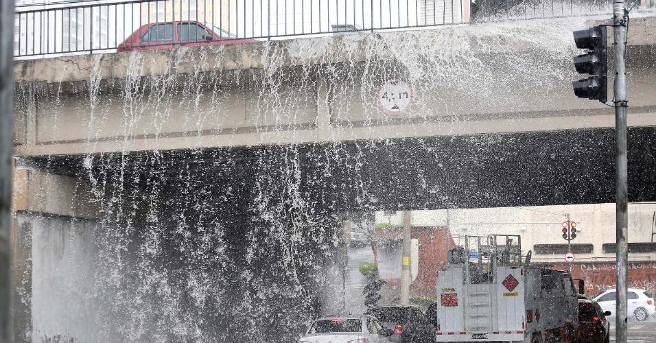 26.nov.2014 - Veículos que passam sobre viaduto alagado provocam uma queda de água na região da avenida Rubem Berta, na zona sul de São Paulo, nesta quarta-feira. Às 17h, São Paulo tinha 136 km de congestionamento, acima da média para o horário que varia entre 81 km e 129 km, segundo a CET (Companhia de Engenharia de Tráfego). A região com trânsito mais lento era a oeste com 46 km de filas. A CET monitora 868 km de vias na capital paulista