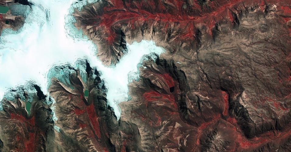 28.nov.2014 - CALOTA DE GELO NOS ANDES - A imagem, divulgada pela ESA (agência espacial europeia), mostra a calota de gelo de Quelccaya - maior área glaciar dos trópicos - na cordilheira dos Andes peruana. Desde 1970, as calotas de gelo já foram reduzidas em 20% devido ao aumento das temperaturas na região