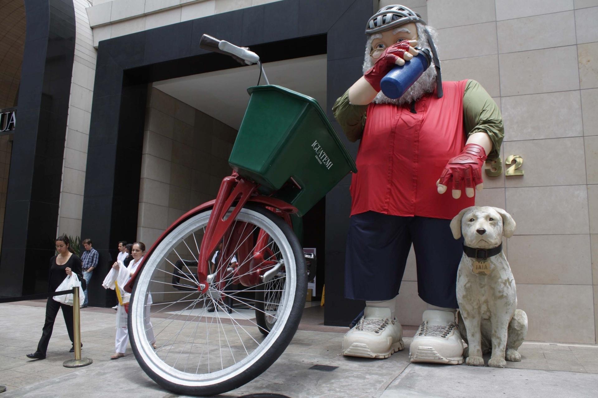 28.nov.2014 - Um Papai Noel ciclista gigante foi instalado em frente ao Shopping Iguatemi, na avenida Faria Lima, nos Jardins, Zona Sul de São Paulo, para as celebrações do Natal
