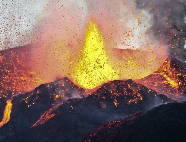 Vulcão expele lava em Cabo Verde