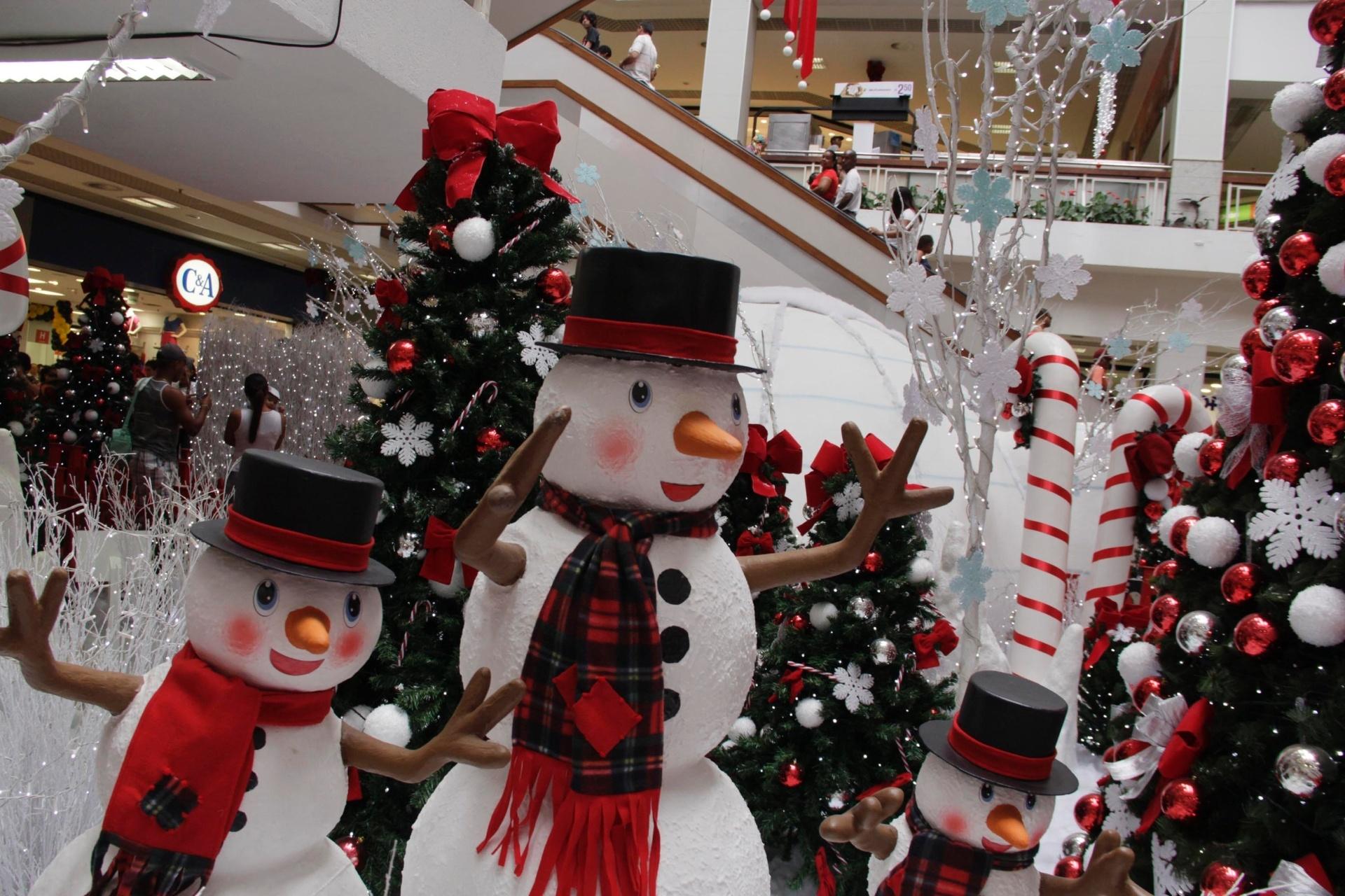 28.nov.2014 -Shopping Piedade em Salvador prepara decoração de Natal, nesta sexta-feira (28)