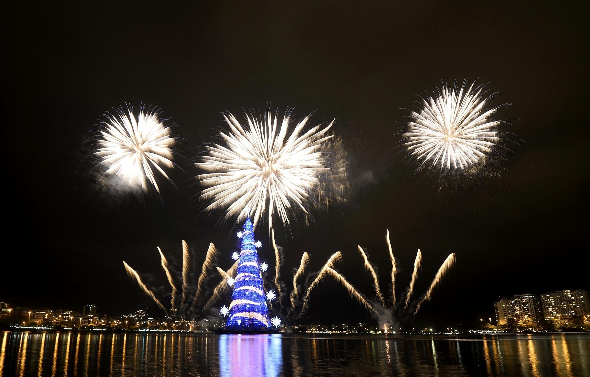 29.nov.2014 - A árvore de Natal da Lagoa Rodrigo de Freitas, no Rio, a maior árvore de Natal flutuante do mundo, segundo o Guinness Book, foi inaugurada neste sábado. Composta por 3,1 milhões de lâmpadas e 120 km de mangueiras luminosas, a cenografia, assinada por Abel Gomes