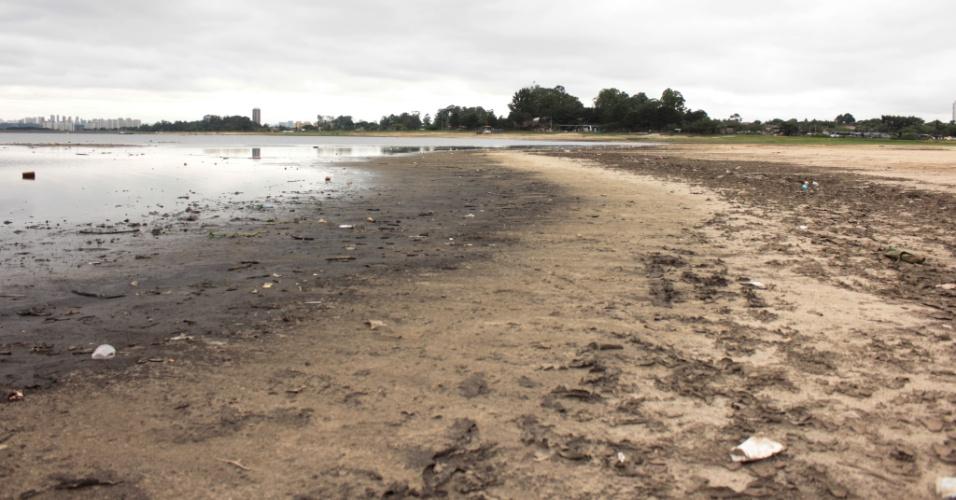 29.nov.2014 - Apesar da chuvas dos últimos dias o nível de água da Represa Guarapiranga, na zona sul da capital paulista, não demonstra muita mudança na manhã deste sábado (29). No último dia 26 foi registrado que o local recebeu a maior quantidade de chuva entre todos os sistemas: 69,6 milímetros na terça (26). O nível do reservatório saltou de 31,9% para 33,4%, acréscimo de 1,5 ponto percentual. Contudo, ainda permanece baixo.