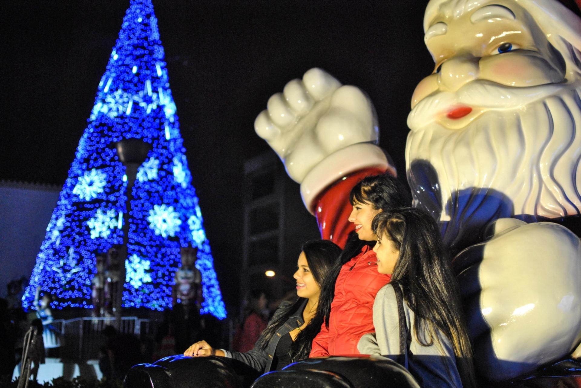 29.nov.2014 - Decoração de natal é inaugurada em Osasco, na grande São Paulo, com a apresentação do Coral de Natal do Servidor, na noite deste sábado (29), em frente à Prefeitura