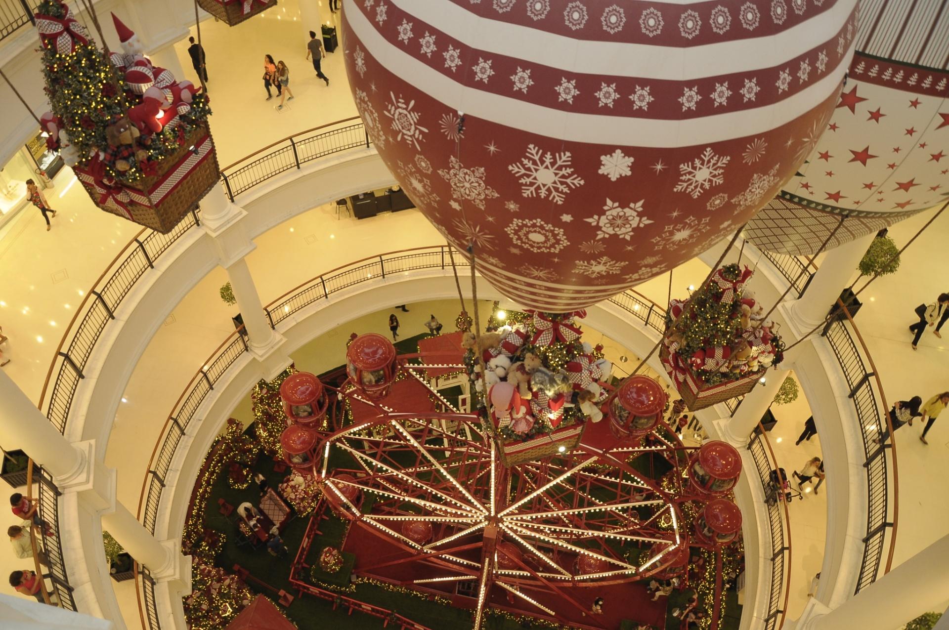 29.nov.2014 - Decoração natalina chega ao shopping Pátio Higienópolis, na região oeste de São Paulo (SP)