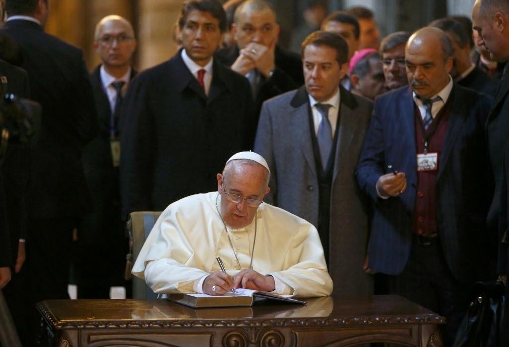 29.nov.2014 - O papa Francisco assina o livro de visitantes no interior da basílica de Santa Sofia, em Istambul, na manhã deste sábado (29), durante o segundo dia de sua visita à Turquia. O pontífice tenta estreitar laços com os muçulmanos e pede o fim da violência contra os cristãos, minoria no país