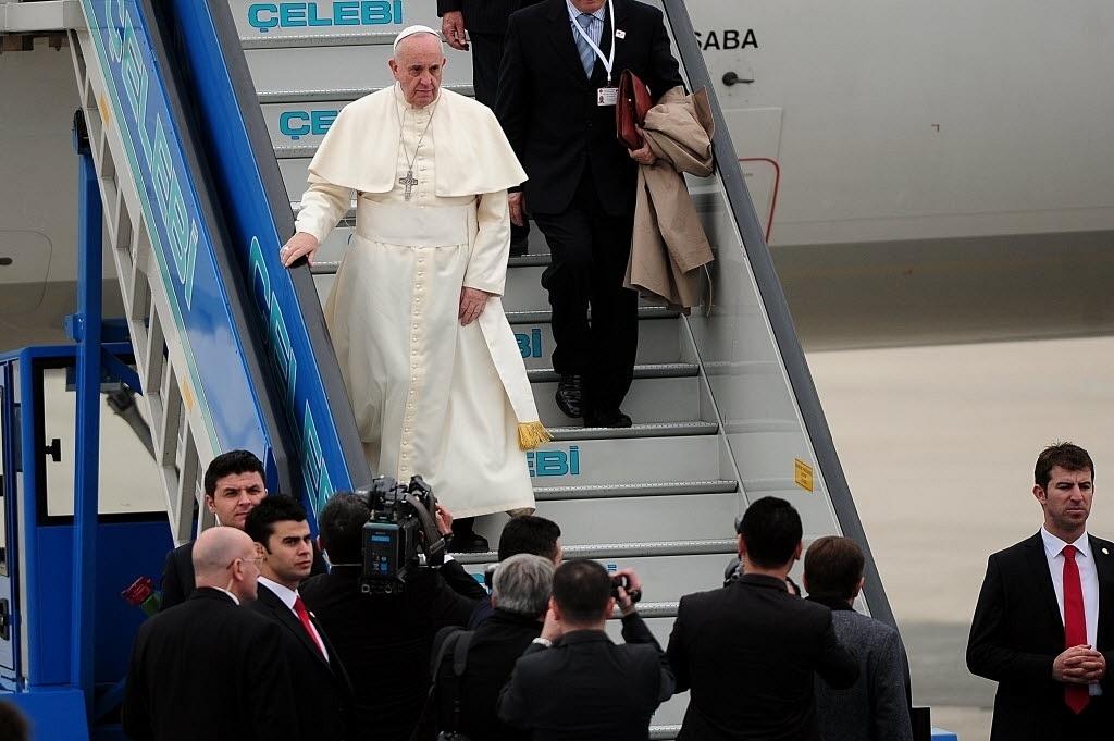 29.nov.2014 - O papa Francisco desembarcou em Istambul na manhã deste sábado (29) para o segundo dia de vista à Turquia. A viagem do pontífice tenta aproximar muçulmanos e cristãos, pedindo maior diálogo entre as partes