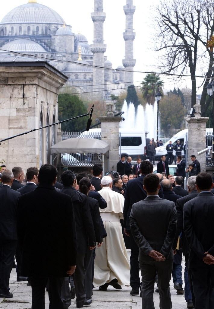 29.nov.2014 - O papa Franciscou deixa a basílica de Santa Sofia na manhã deste sábado (29), em Istambul, na Turquia. Em sua primeira visita ao país, o pontífice pede maior diálogo entre religiões e o fim da perseguição aos cristãos no Oriente Médio
