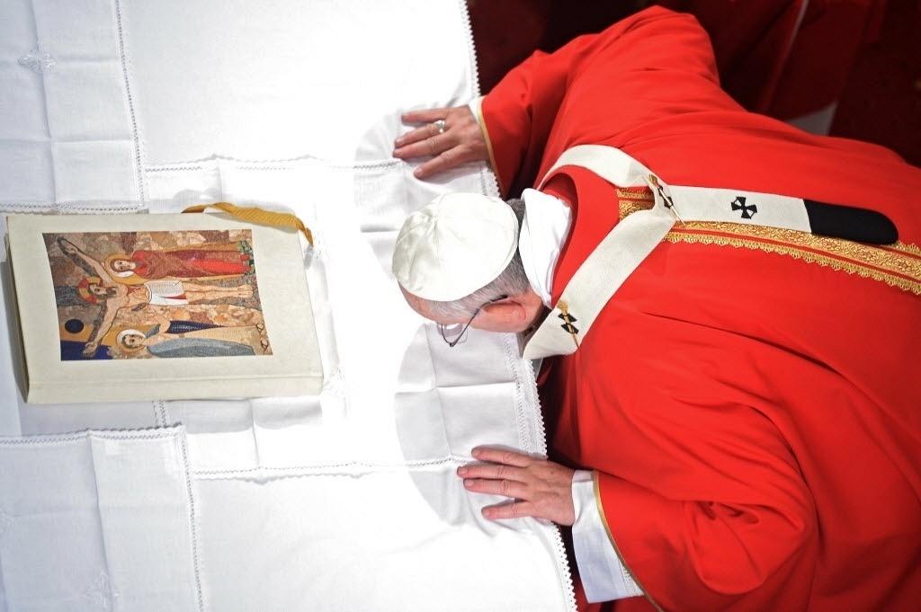 29.nov.2014 - Papa Francisco beija um altar durante a celebração de uma missa na Catedral do Espírito Santo, em Istambul, neste sábado (29). Em sua primeira visita à Turquia, o pontífice pede maior diálogo entre as religiões e condena os ataques a cristãos e outras minorias no Oriente Médio
