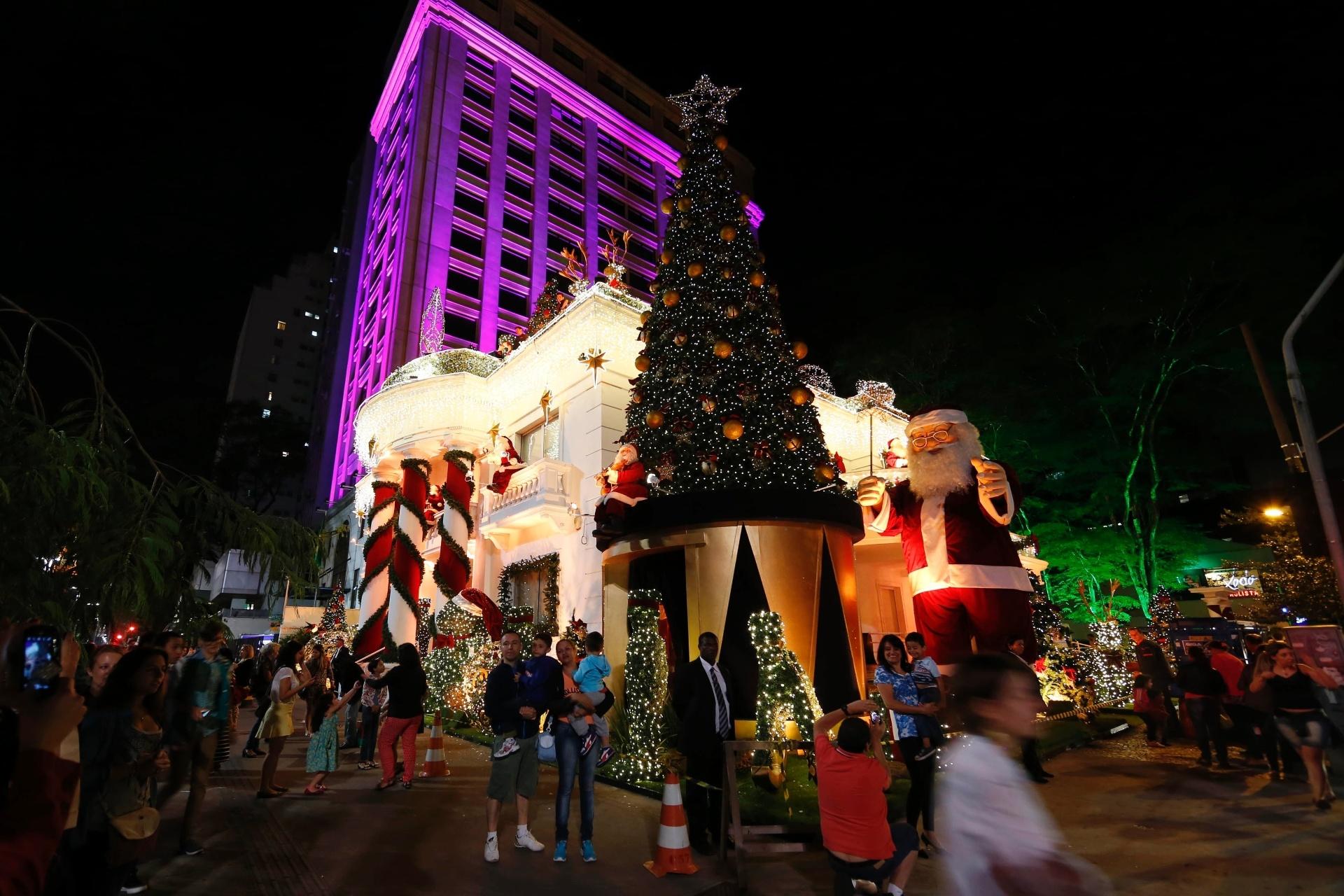 29.nov.2014 - Pedestres observam decoração de natal de uma agência bancária na avenida Paulista, na esquina da rua Ministro Rocha Azevedo na noite deste sábado
