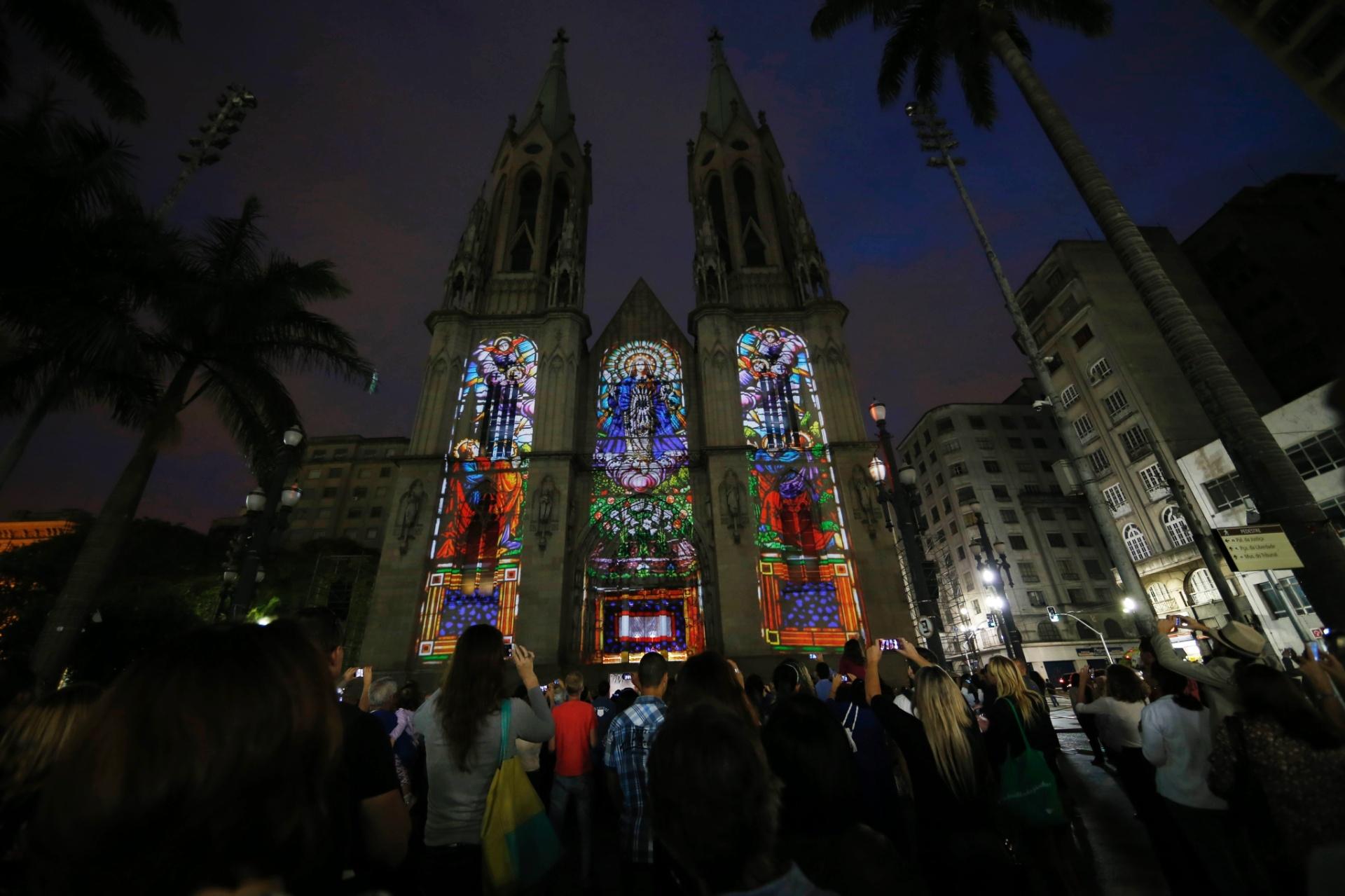 29.nov.2014 - Projeções na fachada da Catedral da Sé, no centro de São Paulo, celebram a abertura oficial do Natal Iluminado 2014 na cidade, neste sábado. Um ato ecumênico marcou o início das festividades, realizadas pela Associação Comercial de São Paulo