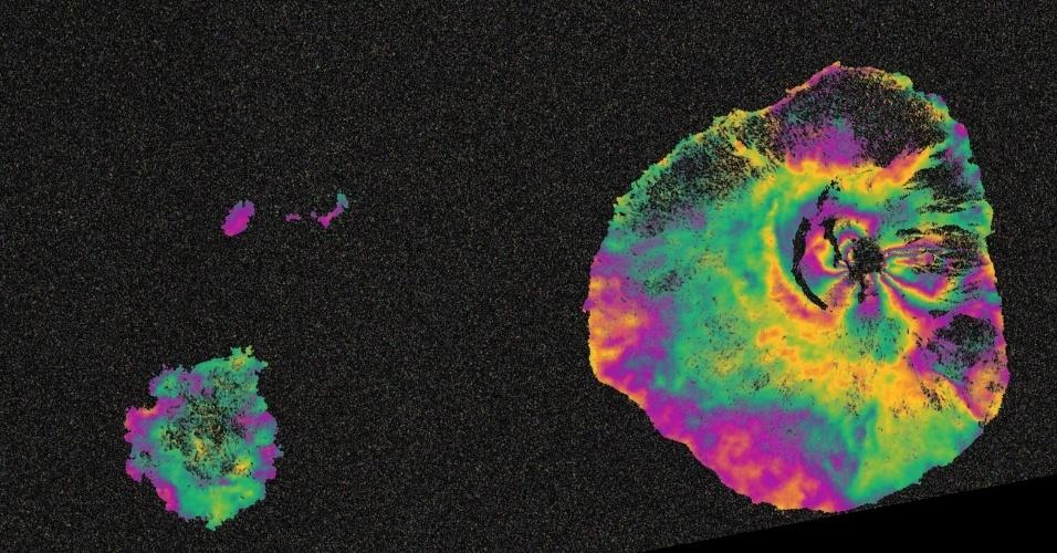 2.dez.2014 - VULCÃO VISTO DO ESPAÇO - O vulcão Pico do Fogo, localizado na ilha de Cabo Verde, entrou em erupção no dia 23 de novembro e continua em atividade, como mostra essa imagem feita pelo satélite Sentinel-1. Deformações no chão provocam mudanças de fase nos sinais do radar que aparecem com os padrões de cor de arco-íris. Resultados como esses estão sendo usados por cientistas para ajudá-los a mapear sistemas magmáticos de vulcões, realizar a modelagem de geofísica da mecânica de erupções e apoiar os esforços de socorro no terreno