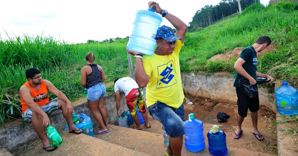 3.dez.2014 - Moradores de Campinas e região buscam água de bica em Itupeva (SP) devido à seca. Laudo da Sanasa, empresa responsável pelo abastecimento de água e saneamento de Campinas, informou que a água é imprópria para consumo, mesmo assim muitas pessoas continuam a pegar água no local