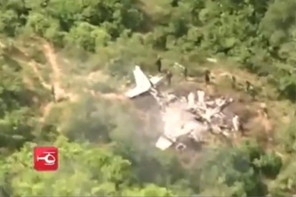 3.dez.2014 - Pelo menos dez pessoas morreram após um avião comercial cair nas proximidades do aeroporto de José Celestino Mutis, na zona rural de Mariquita, no departamento de Tolima (Colômbia), na manhã desta quarta-feira (3). A informação, segundo a imprensa local, foi confirmada pela Aeronáutica Civil