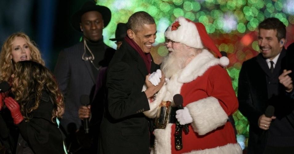 4.dez.2014 - O presidente dos Estados Unidos, Barack Obama, cumprimenta homem vestido de Papai Noel durante a 92ª cerimônia anual de iluminação da árvore de Natal no terreno do National Mall Ellipse, em Washington