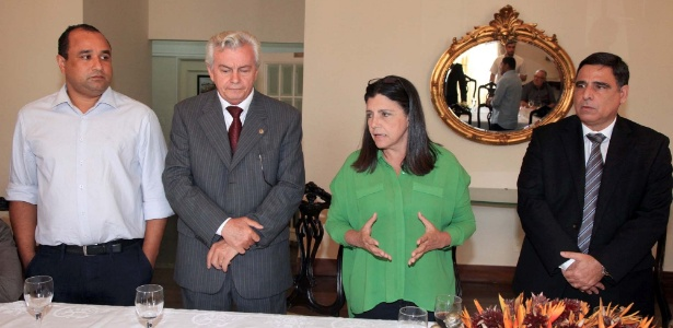 Governadora Roseana Sarney ao lado do presidente da Assembleia (à esquerda), que vai assumir o cargo na terça