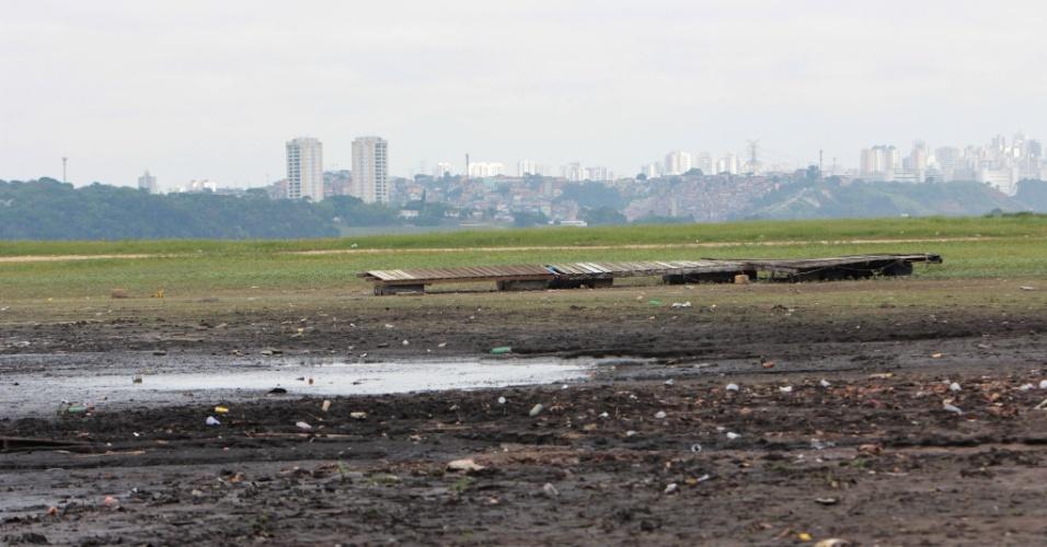 06.dez.2014 - Há pouco mais de cinco anos interditada por risco de afogamento, a área da represa dentro do Parque Municipal do Guarapiranga, na zona sul da capital paulista, está com nível baixo. As antigas estruturas antes encobertas pela água reaparecem. A Sabesp informa que a represa está com 32,2 % de sua capacidade de armazenamento