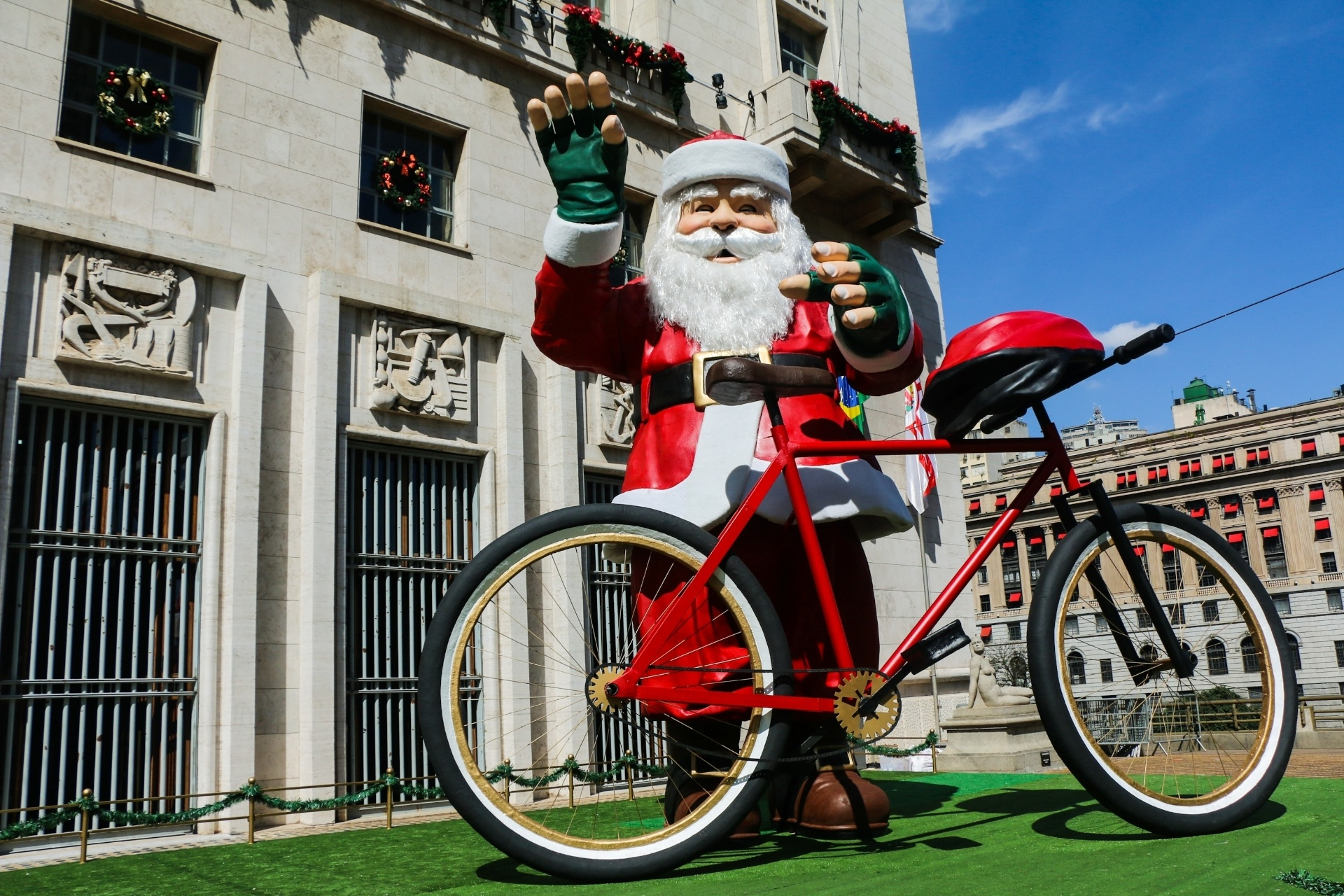 8.dez.2014 - 8.dez.2014 - A Prefeitura de São Paulo incluiu um Papai Noel ciclista na sua decoração natalina. Com bicicleta, capacete e luvas apropiadas para pedalar, o boneco do bom velhinho foi colocado em frente à sede da prefeitura nesta segunda-feira