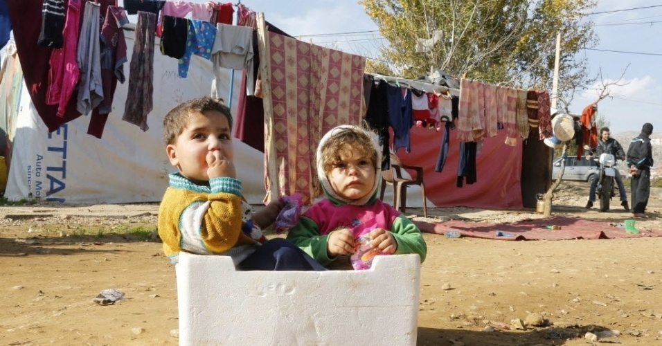 8.dez.2014 - Crianças refugiadas sírias brincam em um assentamento improvisado no vale do Beqaa, no Líbano