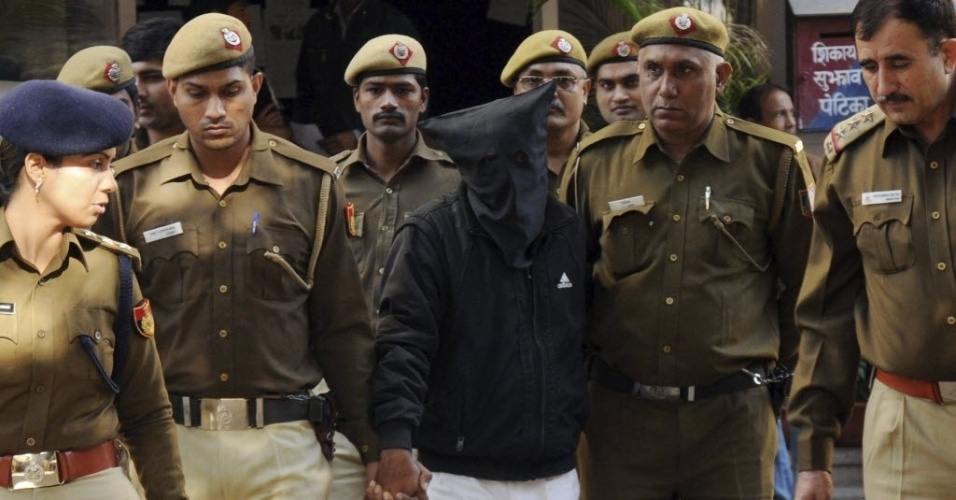 8.dez.2014 - Guardas escoltam o motorista de táxi Shiv Kumar Yadav, da empresa Uber, acusado de estuprar uma executiva de finanças de 27 anos de idade, para julgamento em Nova Déli. O departamento de Transportes da capital indiana proibiu a atividade da Uber após o caso. Yadav já ficou preso por dois anos, em 2011, por estuprar outra passageira do táxi