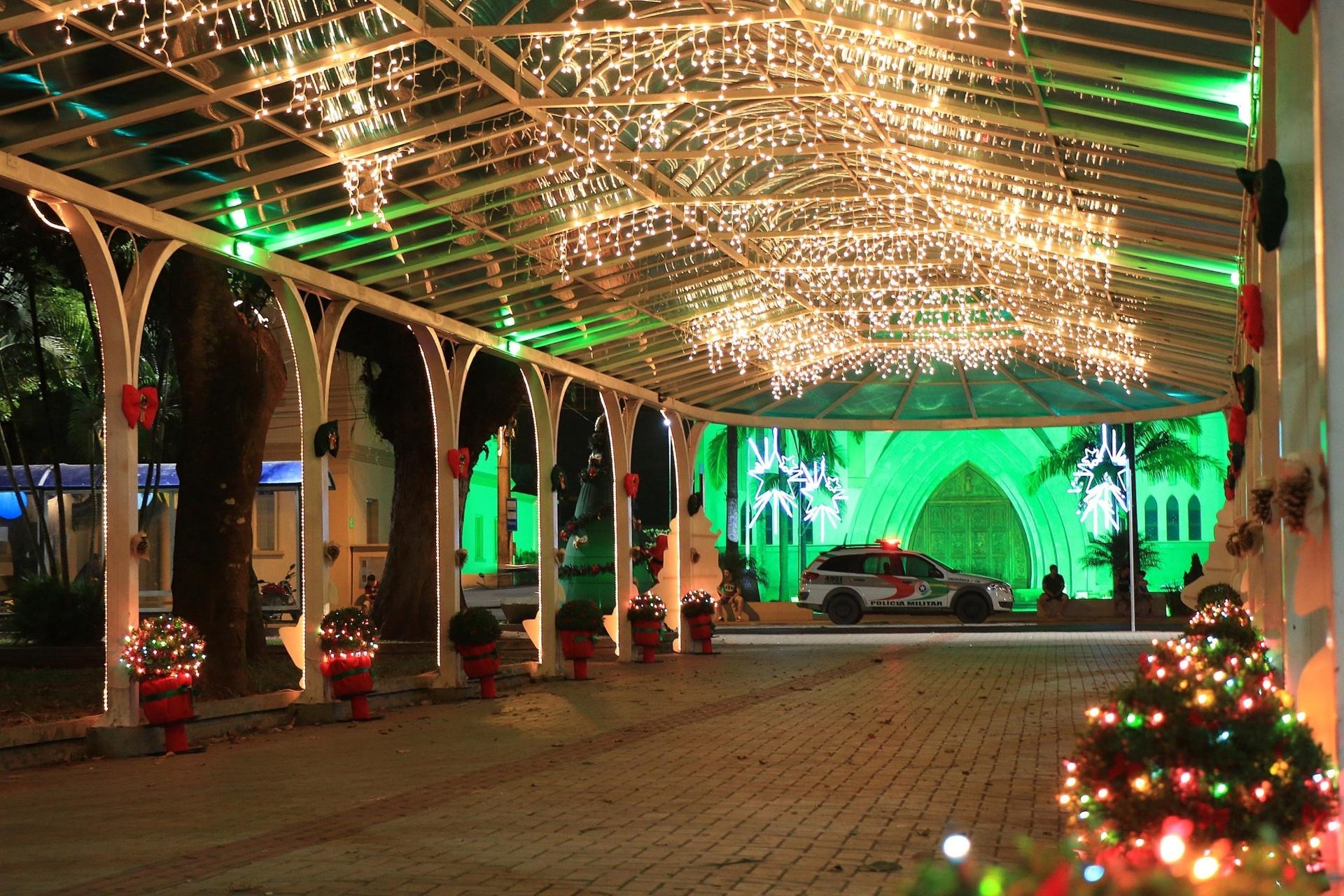 9.dez.2014 - Luzes fazem parte da decoração de Natal, em Araranguá, em Santa Catarina