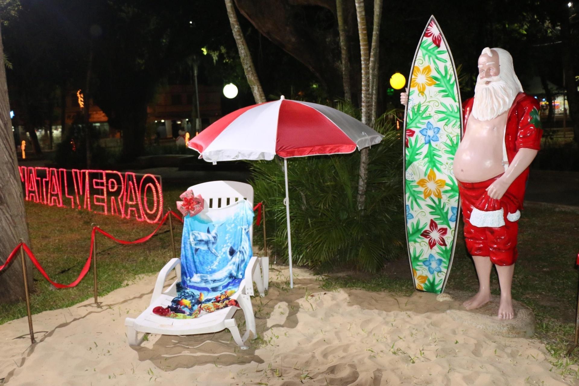 9.dez.2014 - Papai Noel surfista faz parte da decoração de Natal, em Araranguá, em Santa Catarina