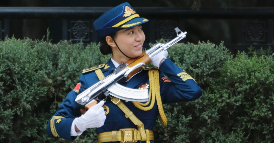 Quem resiste à simpatia desta guarda chinesa?