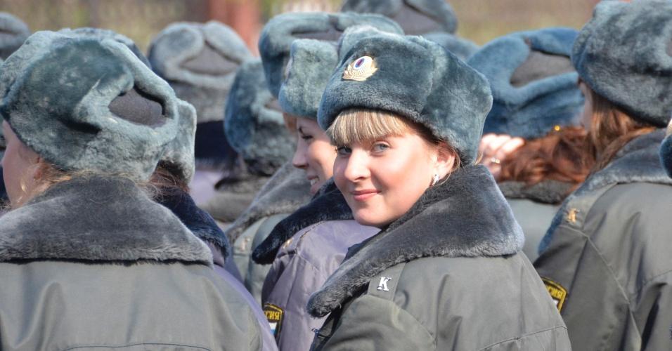Policial russa e sua olhadela durante parada