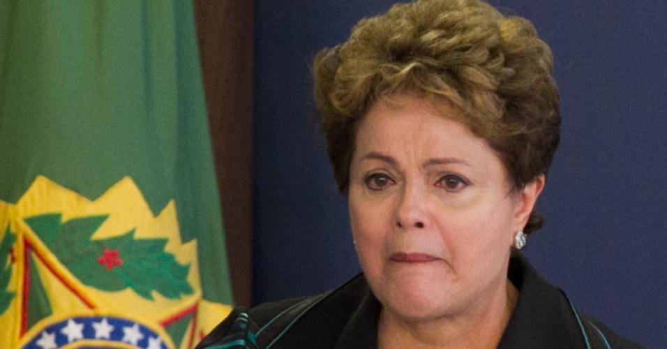 10.dez.2014 - A presidente Dilma Rousseff chorou ao discursar nesta quarta-feira (10) em cerimônia onde recebeu o relatório final da Comissão Nacional da Verdade sobre crimes e violações de direitos humanos que ocorreram no período entre 1946 a 1988, com foco na ditadura militar (1964-1985), em Brasília. A cerimônia aconteceu no Dia Mundial dos Direitos Humanos. O documento conta com a descrição do trabalho realizado, a apresentação dos fatos examinados, as conclusões e as recomendações sobre o tema