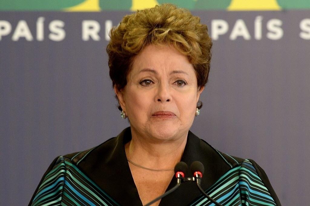 10.dez.2014 - A presidente Dilma Rousseff chorou ao discursar nesta quarta-feira (10) em cerimônia na qual recebeu o relatório final da Comissão Nacional da Verdade sobre crimes e violações de direitos humanos que ocorreram no período entre 1946 a 1988, com foco na ditadura militar (1964-1985), em Brasília. A cerimônia aconteceu no Dia Mundial dos Direitos Humanos. O documento conta com a descrição do trabalho realizado, a apresentação dos fatos examinados, as conclusões e as recomendações sobre o tema