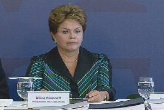 10.dez.2014 - A presidente Dilma Rousseff participa nesta quarta-feira (10) de uma cerimônia onde recebeu o relatório final da Comissão Nacional da Verdade sobre crimes e violações de direitos humanos que ocorreram no período entre 1946 a 1988, com foco na ditadura militar (1964-1985), em Brasília. A cerimônia acontece no Dia Mundial dos Direitos Humanos. O documento conta com a descrição do trabalho realizado, a apresentação dos fatos examinados, as conclusões e as recomendações sobre o tema