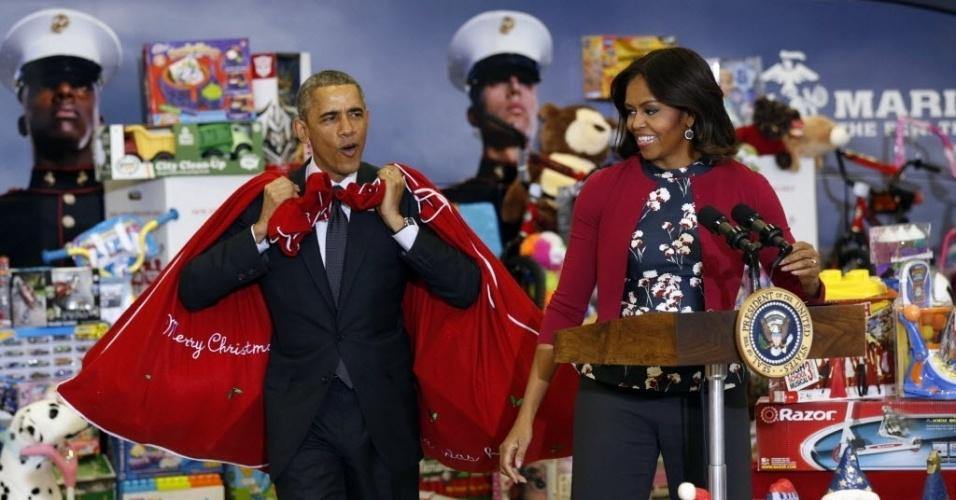 10.dez.2014 - A primeira dama Michelle Obama observa o presidente Barack Obama chegar com sacos de brinquedos e presentes que serão doados através da campanha