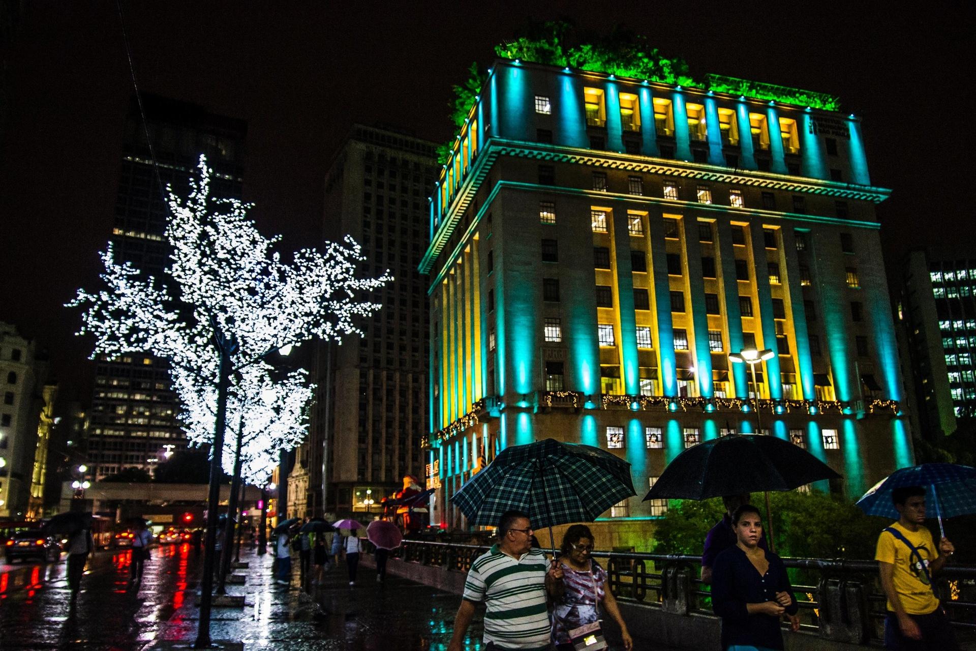 10.dez.2014 - Árvores iluminadas enfeitam o Viaduto do Chá nesta quarta-feira (10), na área central da capital paulistana