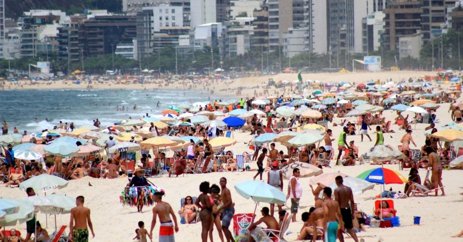 10.dez.2014 - Banhistas aproveitam dia de sol e calor na praia de Ipanema, na zona sul do Rio de Janeiro, na tarde testa quarta-feira (10)