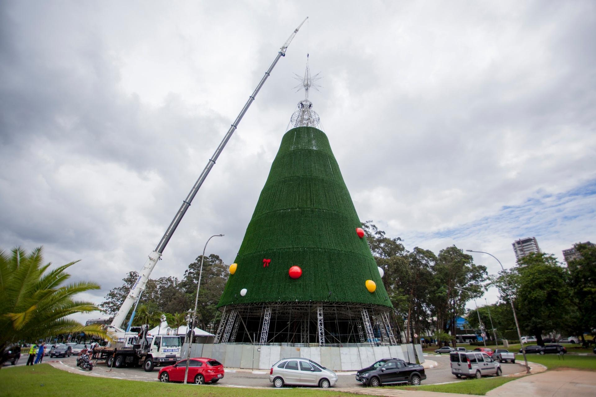 10.dez.2014 - Funcionários colocam a estrela no topo da árvore de natal do Ibirapuera, na zona sul de São Paulo, nesta quarta-feira (10). Esse ano a prefeitura não conseguiu patrocínio privado, e quem financiou a montagem da árvore foi a SPTuris. A previsão de inauguração é para o próximo sábado (13)