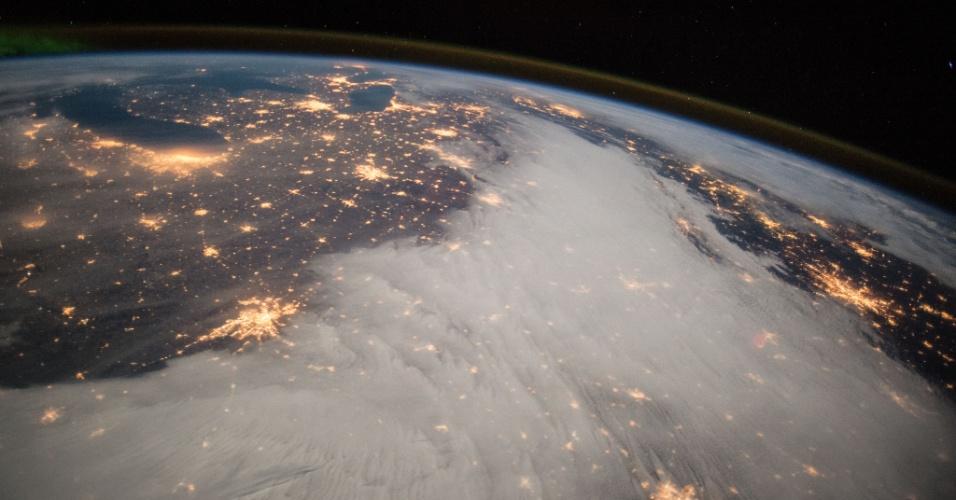 10.dez.2014 - GRANDES LAGOS VISTO DA ISS - O comandante Barry Wilmore, da Nasa (agência espacial americana), tirou uma fotografia da região dos Grandes Lagos, nos Estados Unidos, visto da ISS (Estação Espacial Internacional)