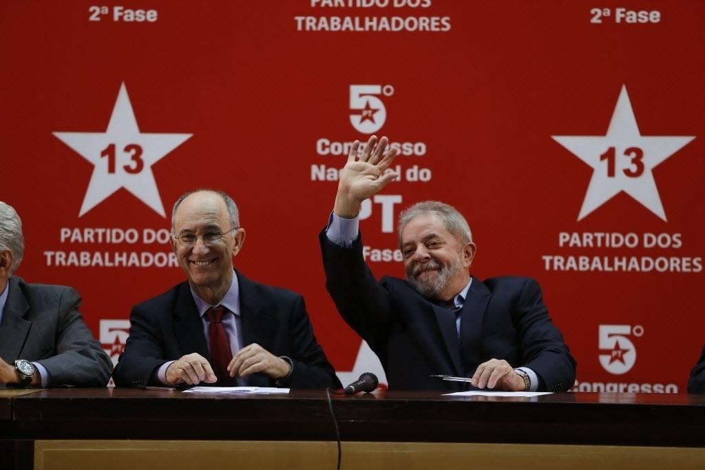 10.dez.2014 - O ex-presidente Luiz Inácio Lula da Silva participa do 5º Congresso Nacional do Partido dos Trabalhadores ao lado do presidente do partido, Rui Falcão, em Brasília, nesta quarta-feira (10)