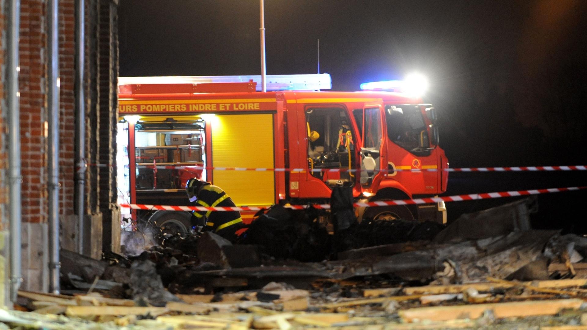 10.dez.2014 - Um avião militar Alpha Jet caiu em Vouvray, no centro da França, em um centro de ADAPEI (Associação Departamental de Parentes e Amigos de Pessoas com Deficiência Mental), nesta quarta-feira (10). O acidente matou uma pessoa e feriu cinco moradores da instituição