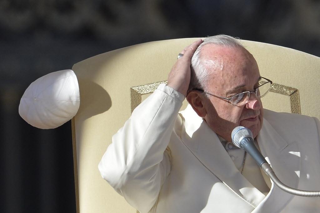 10.dez.2014 ? O papa Francisco ficou com os cabelos ao vento nesta quarta-feira (10) quando perdeu seu solidéu durante ventania em uma audiência geral na praça de São Pedro, no Vaticano