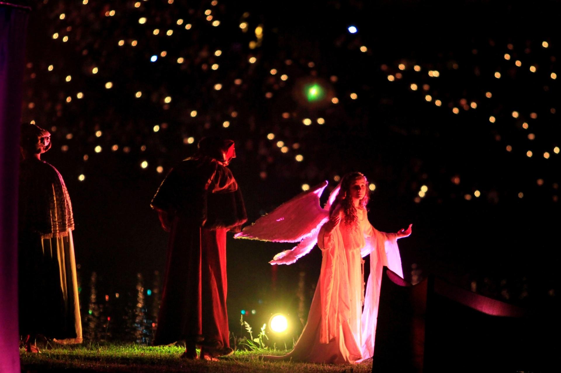 10.dez.2014 - Atores participam de encenação sobre nascimento de Jesus Cristo durante o Nativitatem, um dos espetáculos mais tradicionais do Natal Luz de Gramado, na Serra Gaúcha. A ópera, que acontece às margens do Lago Joaquina Rita Bier, tem 50 minutos de duração