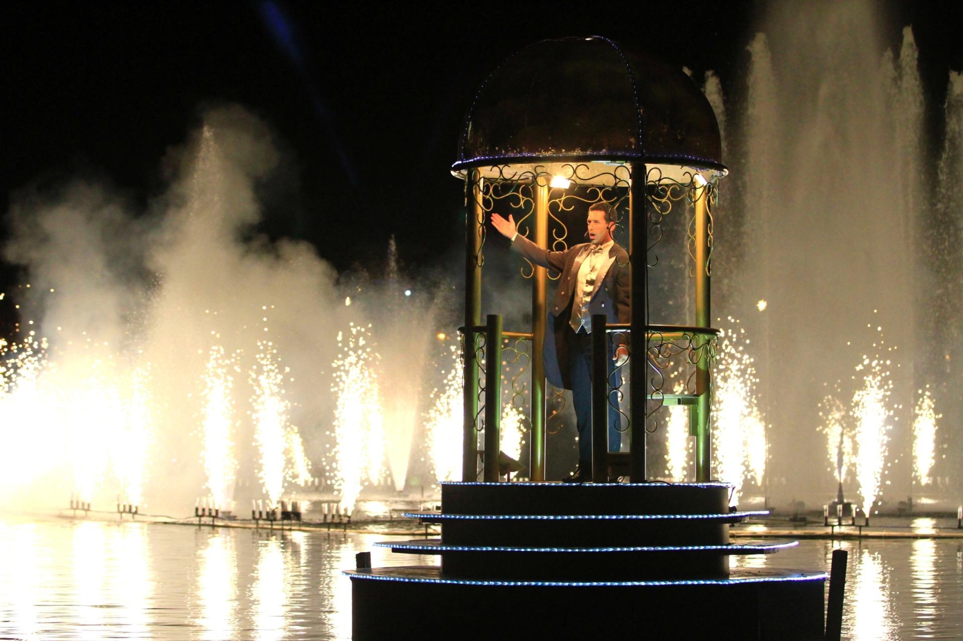 10.dez.2014 - Cantores líricos se apresentam durante o Nativitatem, um dos espetáculos mais tradicionais do Natal Luz de Gramado, na Serra Gaúcha. A ópera, que acontece às margens do Lago Joaquina Rita Bier, tem 50 minutos de duração