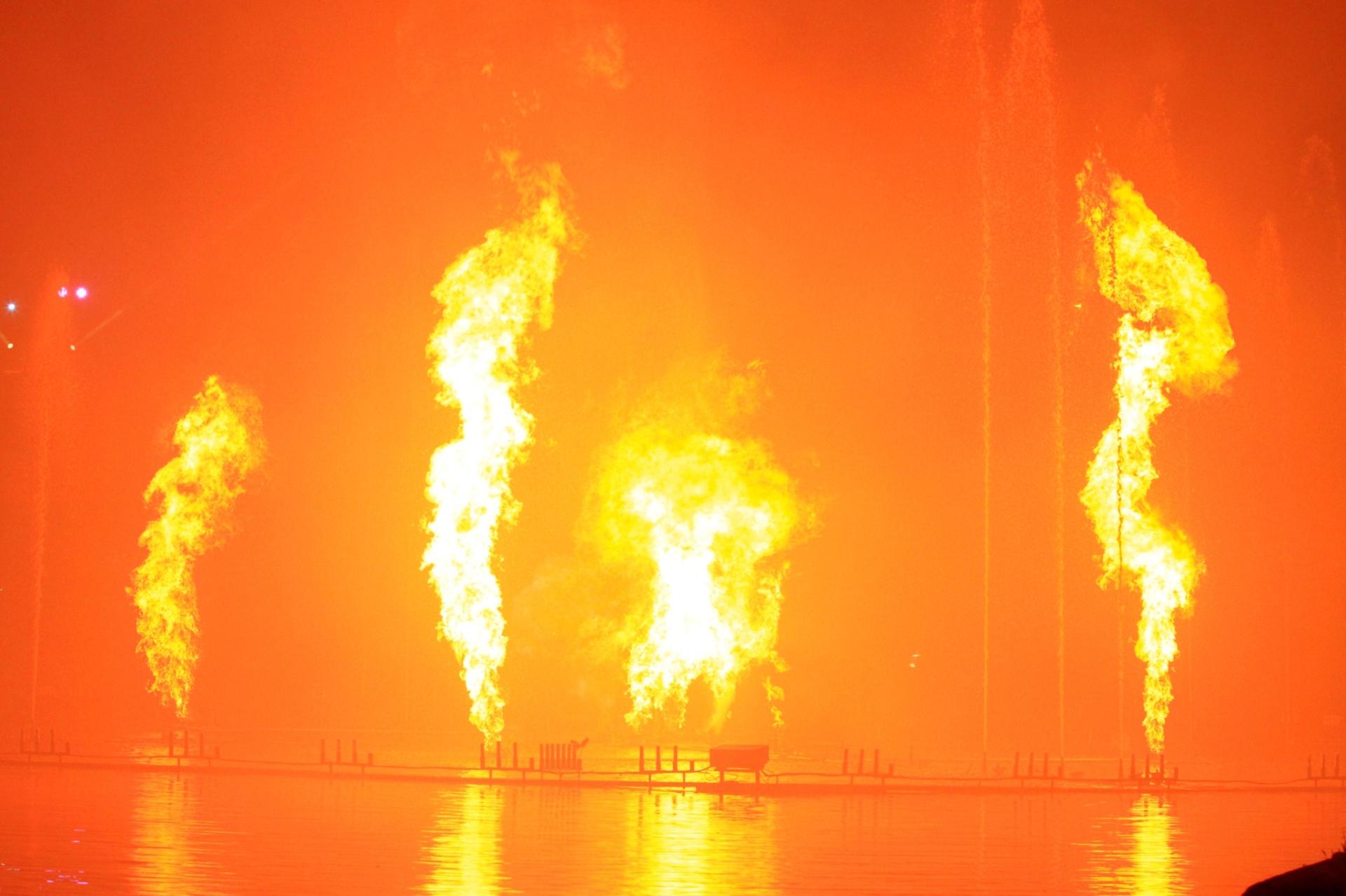10.dez.2014 - O show de fogos e luzes é uma das atrações do Nativitatem, um dos espetáculos mais tradicionais do Natal Luz de Gramado, na Serra Gaúcha. A ópera, que acontece às margens do Lago Joaquina Rita Bier, tem 50 minutos de duração