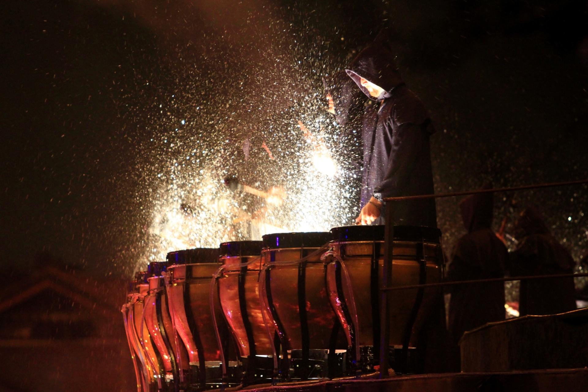 10.dez.2014 - Percussionistas participam do Nativitatem, um dos espetáculos mais tradicionais do Natal Luz de Gramado, na Serra Gaúcha. A ópera, que acontece às margens do Lago Joaquina Rita Bier, tem 50 minutos de duração