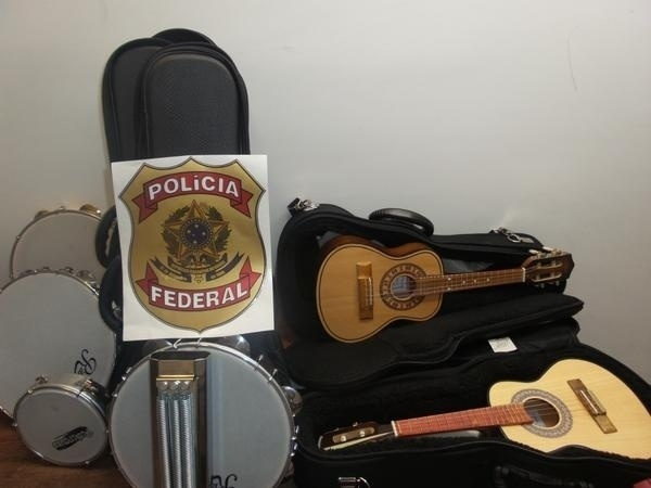 11.dez.2014 - A Polícia Federal prendeu em flagrante uma mulher no aeroporto Internacional de Guarulhos por tráfico de drogas, quando tentava embarcar para o exterior com mais de 7 Kg de cocaína dentro de estojos de instrumentos musicais na noite de quarta-feira (10)