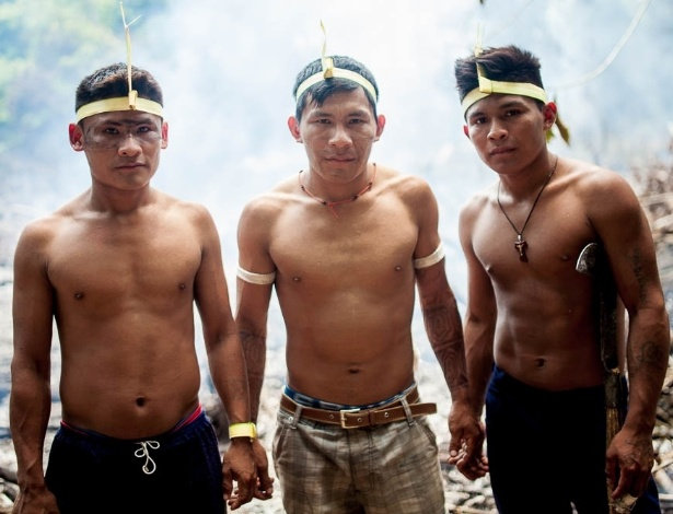Guerreiros munducurus de diferentes partes do rio se unem para preparar o campo de batalha contra