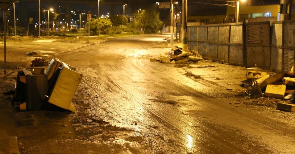 11.dez.2014 - Lixo e lama ainda se acumulam pelas ruas de Itaquera, zona leste de São Paulo, na manhã desta quinta-feira (11). A forte chuva que atingiu a capital paulista na tarde de quarta-feira (10) provocou o transbordamento de um córrego, fechou um túnel e deixou vias alagadas e vários veículos submersos na região leste, a mais afetada na cidade. Moradores e funcionários da subprefeitura trabalham na limpeza e no reparo aos danos causados pelo alagamento