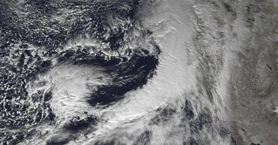 11.dez.2014 - Tempestade paira sobre o oceano Pacífico, levando um pouco de alívio à seca que atinge a Califórnia e Oregon, nos Estados Unidos. Uma corrente atmosférica de umidade é esperada. A diminuição de neve também é prevista nas mais altas montanhas da Serra Nevada e as montanhas do norte da Califórnia